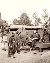 Members of 4th Michigan man the gun at Fort Woodbury